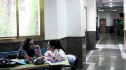 Universitarias, en los pasillos de un centro universitario de Granada.