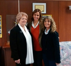 Carmen Fúnez junto a Mary Fraga Fernandez, presidenta de Mujeres En Igualdad Burela y organizadora del seminario, y Adelina Fernández, presidenta de Mujeres en Igualdad Cervo.
