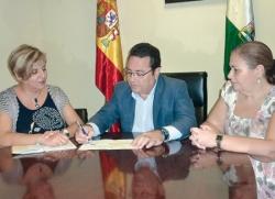 Manuel Alcocer González, presidente del PP de Dos Hermanas, y representantes de la Junta directiva de Mujeres en Igualdad de Dos Hermanas