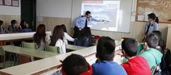 Unos mossos imparten una charla sobre violencia de género en una escuela de Mollet
