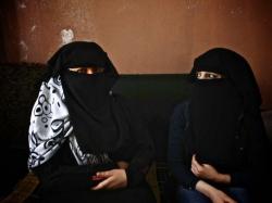 La casamentera Hala Alí,de 27 años, a la derecha, sentada junto a Reem, de 16 años y recientemente divorciada