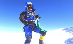 La alpinista saudí Raha Moharrak posa con la bandera de su país en la cima del Everest.