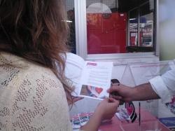 Mujeres en Igualdad instaló un pequeño stand con folletos informativos sobre violencia de género