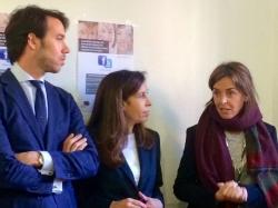Carmen Fúnez junto a Eva Durán, concejala del distrito de Puente de Vallecas; y Gonzalo Ortiz, director general de Inmigración de la Comunidad de Madrid.