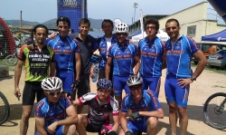 Ernesto Romero con otros bikers