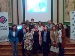 Los ponentes (Ángel De Miguel Casas y Ana Mª González) junto a asociadas de Mujeres en Igualdad Albacete y Carmen Fúnez.