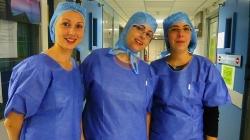 Nuria Navarro, en el centro, junto a otras enfermeras en el hospital de Dax (Francia)