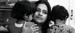Mitu Khurana, torturada por su marido para que abortase, con sus dos hijas, de 8 años