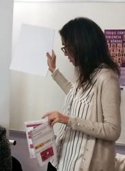 Carmen Fúnez, secretaria general de Mujeres en Igualdad, presenta la campaña Hay Salida a la violencia de género en sistema braille durante una de las más de 20 jornadas celebradas el pasado mes noviembre, en distintas ciudades españolas.
