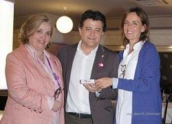 """Carmen Fúnez entregó al alcalde de Daimiel, Leopoldo Sierra, y a Teresa Novillo, directora general del Instituto de la Mujer de Castilla La Mancha, cargadores móviles de nuestra campaña """"Recárgate de Igualdad""""."""
