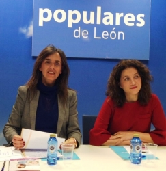 Carmen Fúnez, secretaria general de Mujeres en Igualdad, y la senadora leonesa Silvia Franco durante su intervención en el foro