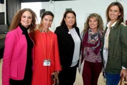 Carmen Fúnez junto a asociadas de Mujeres en Igualdad.