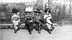 Las autoridades de Acuña (México) prefieren el look de principios del siglo XX que el uso de minifaldas