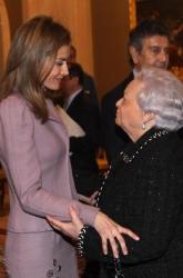 La madre de Mercedes de la Merced, Dª. Mercedes Monge, habla con la Princesa Letizia