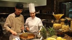 Laia Pons, entre los fogones de la cocina del Hotel Raffles de Pekín