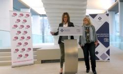 Carmen Fúnez con Beatriz Piñeiro, presidenta de Mujeres en Igualdad Pontevedra. Foto: CC BY-NC-SA PontevedraViva